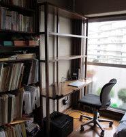 ゴム集成材の書棚付き机