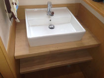 ゴム集成材の洗面カウンター