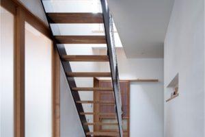 スチール製ササラのシンプル階段