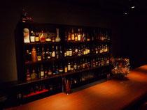タモ集成材の壁面の酒棚