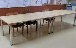 施設のテーブル