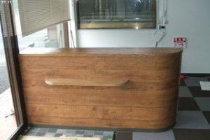米栂積層材の受付カウンターの天板